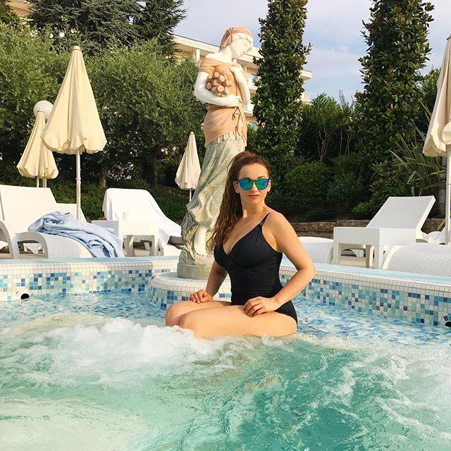 Невероятно похудевшая Анфиса Чехова засыпала сеть снимками в купальниках