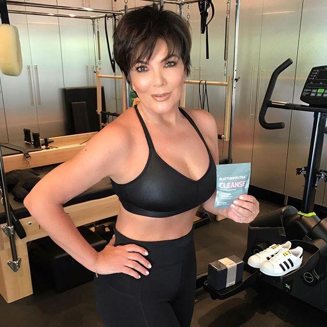 61-летняя мама Ким Кардашьян позирует в бикини