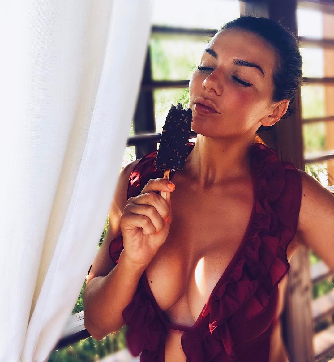 Анна Седокова соблазняет снимком в откровенном купальнике с глубоким декольте