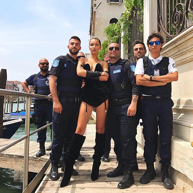 Сексуальный офицер: Белла Хадид в сексуальном боди позирует с полицейскими