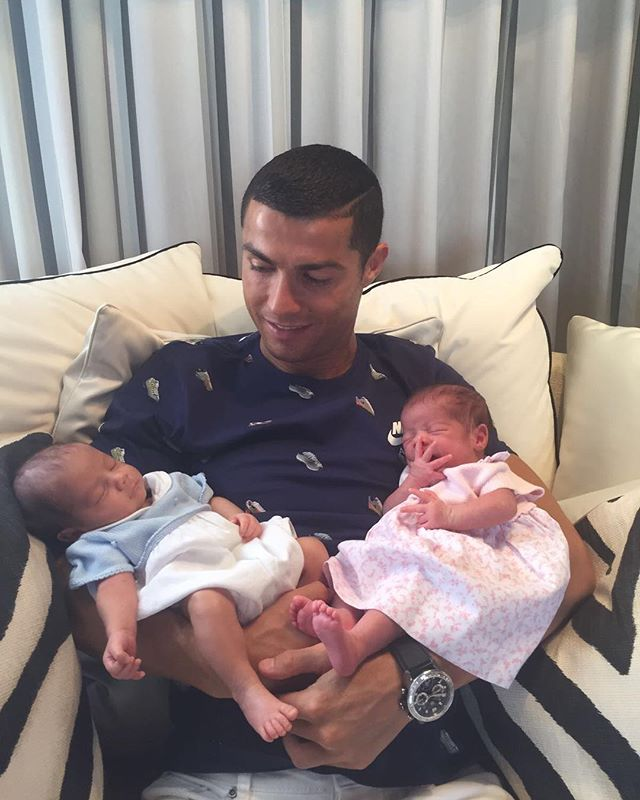 Счастливый отец: Криштиану Роналду опубликовал первое фото с новорожденными детьми