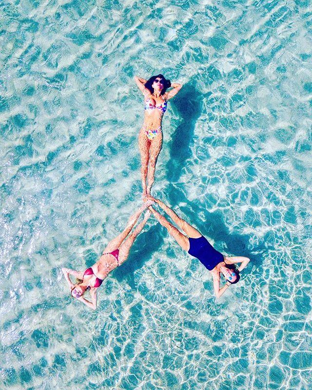 Греческие каникулы: Николь Шерзингер загорает в ярких купальниках