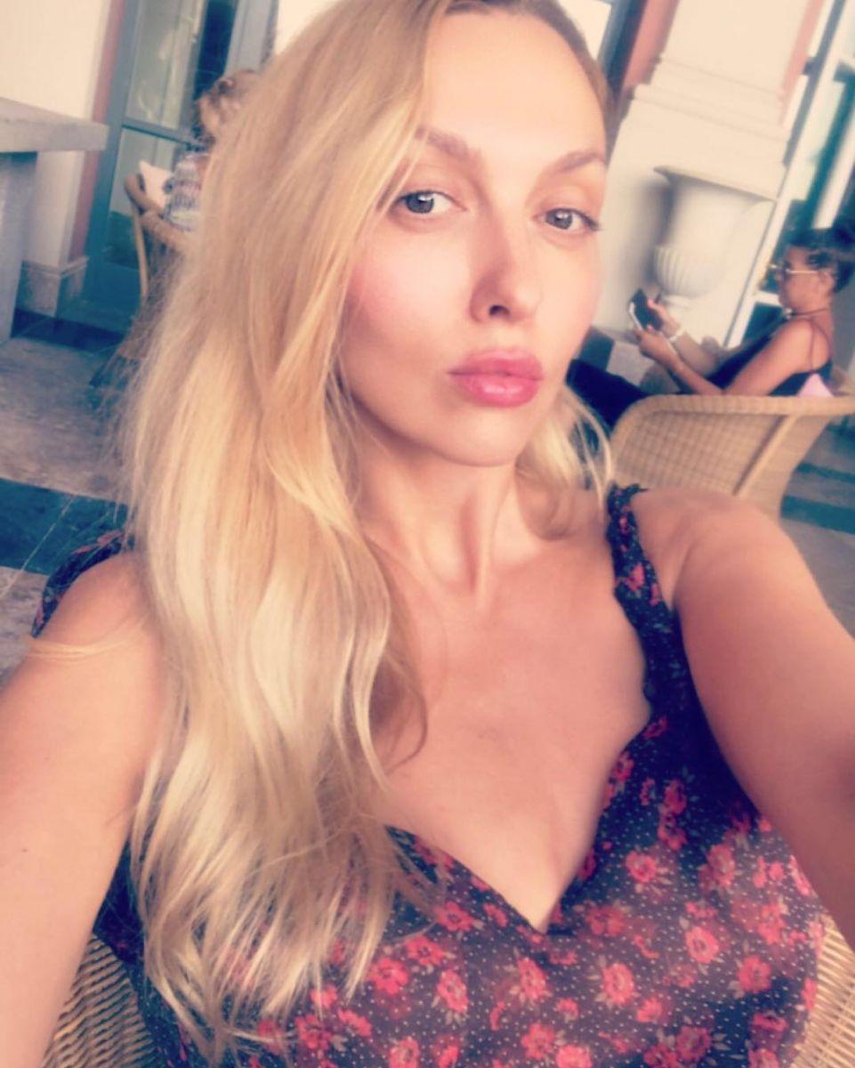 Оля Полякова соблазняет снимками в бикини и мини-нарядах