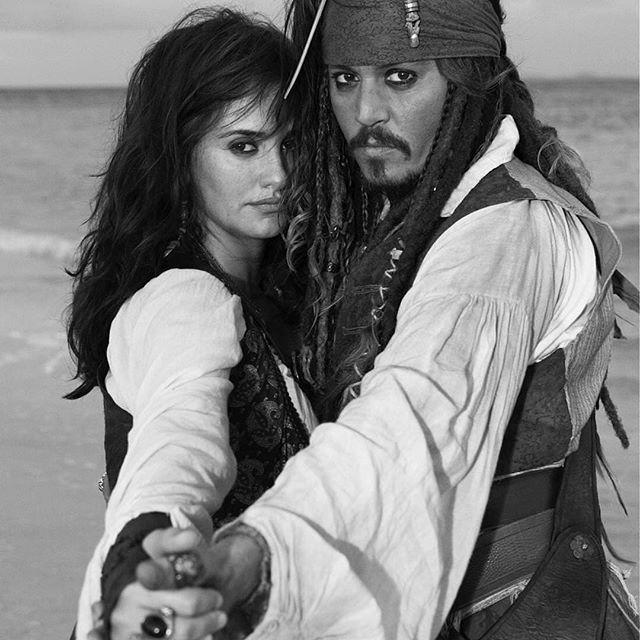 Когда мы были пиратами: Пенелопа Крус опубликовала раритетный кадр с Джонни Деппом