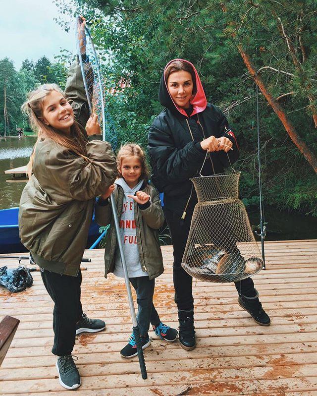 Девочки на рыбалке: Анна Седокова с дочерьми похвасталась уловом