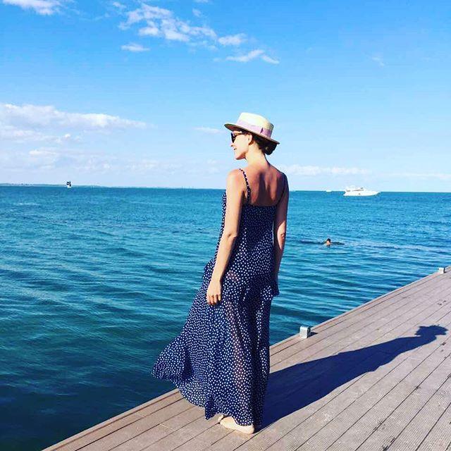 Стройная фигура и ни капли косметики: молодая мама Катя Осадчая проводит время в Одессе