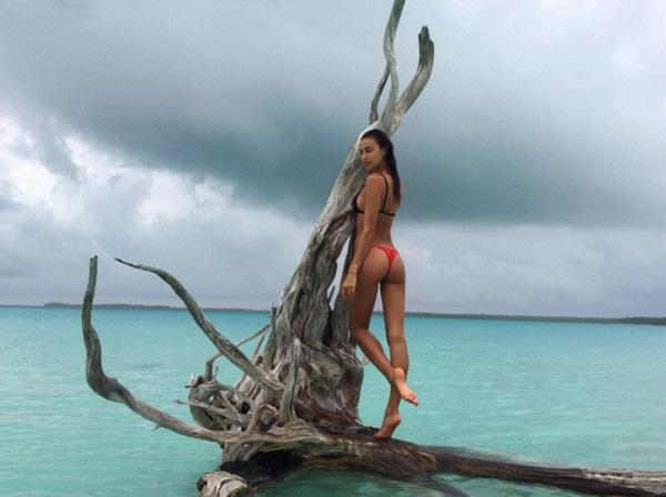 Пляжный соблазн: Ирина Шейк радует поклонников фотографиями в бикини