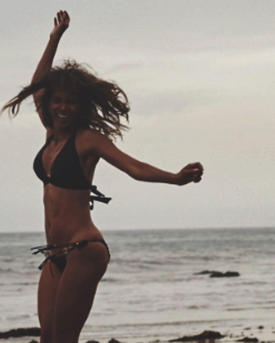 50-летняя Холли Берри восхищает фигурой в бикини