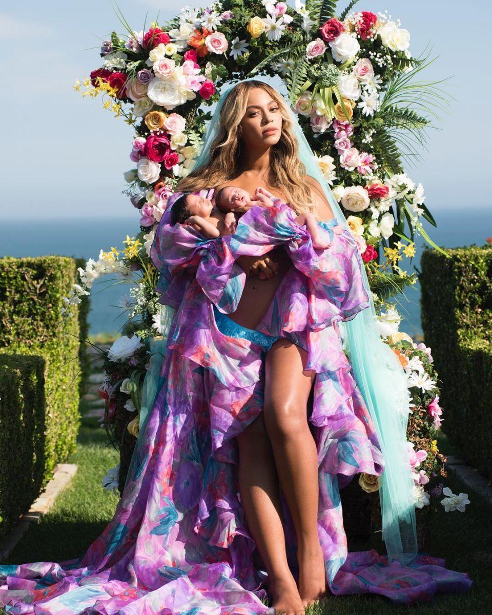 Бейонсе показала первое фото новорожденных близнецов