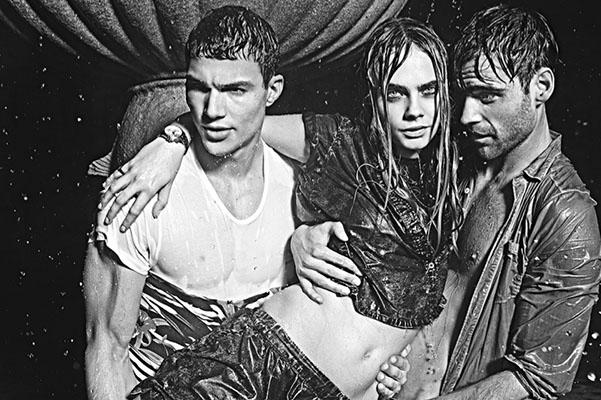 Кара Делевинь искупалась в фонтане в компании двоих мужчин