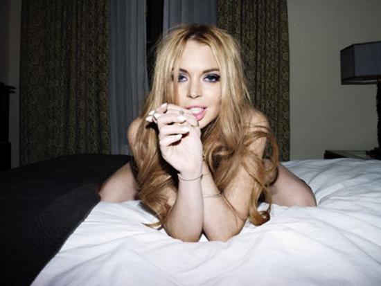 Полуголая в постели: Линдсей Лохан снялась в откровенной фотосессии