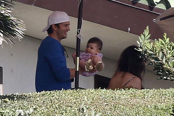Редкие кадры: Мила Кунис и Эштон Катчер гуляют с дочерью