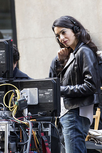 Всегда вместе: Амаль Клуни сопровождает мужа на съемках