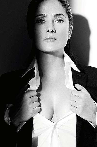 Saint Laurent, Versace, Gucci: Сальма Хайек позирует в роскошных нарядах для французского глянца