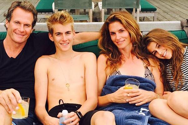 Синди Кроуфорд показала уникальные семейные фото с мужем и детьми