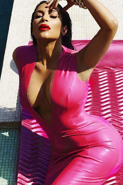 Сексуальная Ким Кардашьян позирует полуголой на третьем месяце беременности