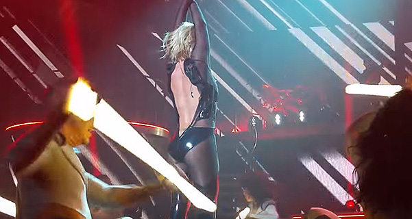 Звездный конфуз: у Бритни Спирс разошлась молния на костюме прямо на сцене