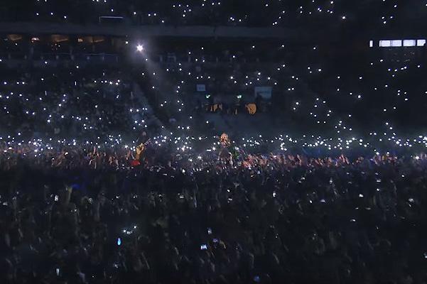 Искренние эмоции: Мадонна расплакалась на концерте из-за теракта в Париже