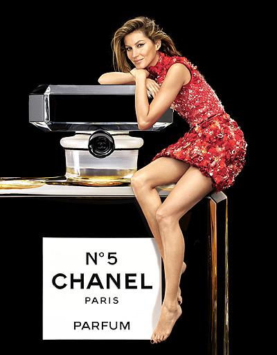 Роскошная Жизель Бундхен снялась в рождественской рекламе Chanel