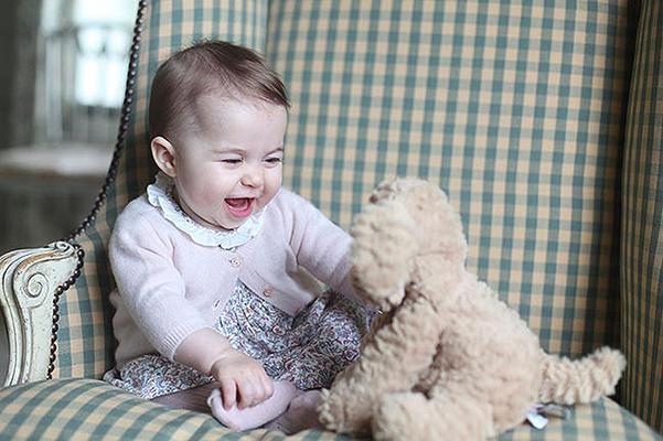 В сети появились первые официальные фото принцессы Шарлотты