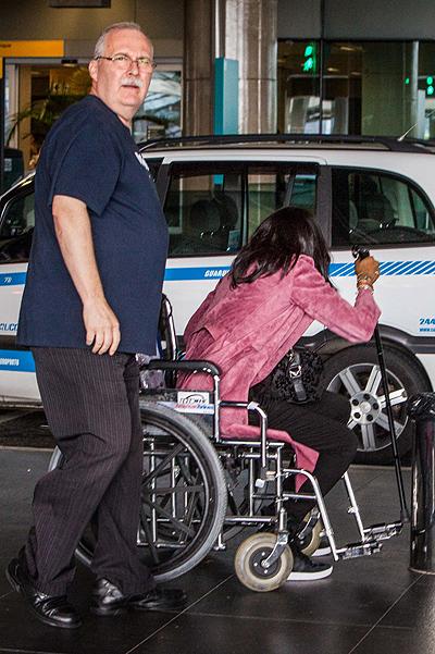 Наоми Кэмпбелл появилась в аэропорту в инвалидной коляске