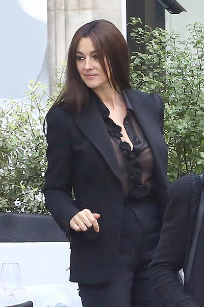 Соблазнительная Моника Беллуччи появилась на публике в прозрачном наряде