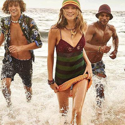 Неожиданно: супруга Адама Левина веселится на пляже в компании мужчин