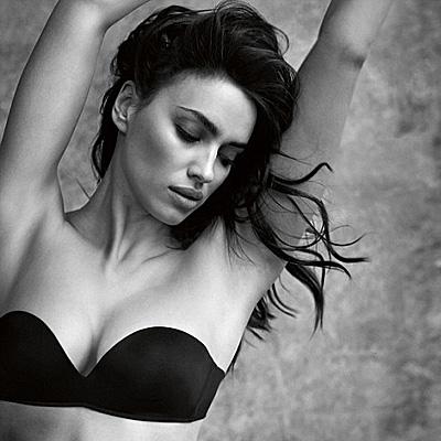 """Сексуальная Ирина Шейк показала """"горячую"""" фигуру в рекламе нижнего белья"""