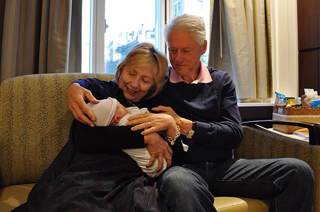 Хиллари и Билл Клинтон показали первые фото новорожденного внука