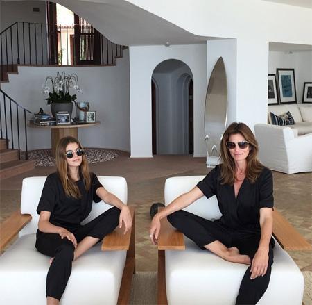 Леди в черном: Синди Кроуфорд и Кайя Гербер позируют в стильных нарядах
