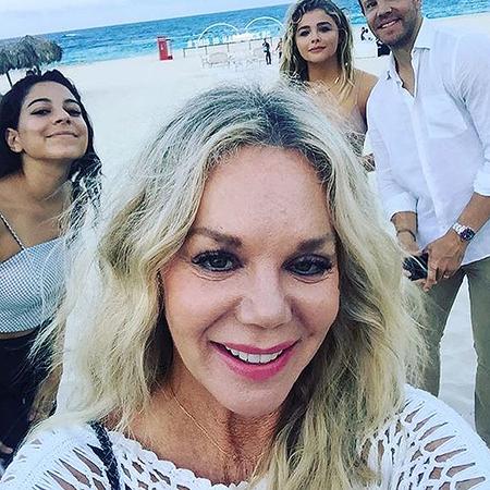 Возлюбленная Бруклина Бекхэма позирует в соблазнительном бикини на пляже