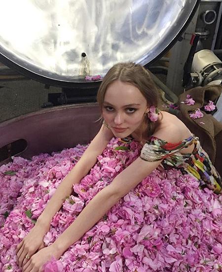 Лили-Роуз Депп стала новым лицом легендарного парфюма Chanel No. 5
