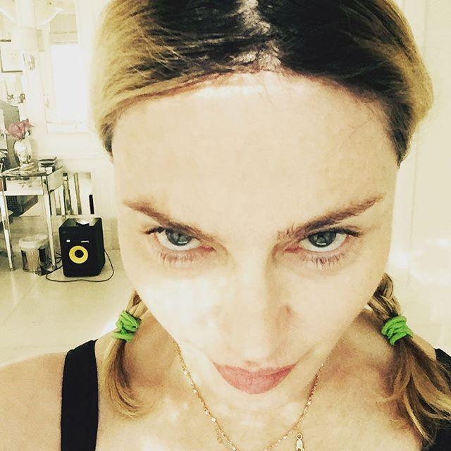 Свежо: Мадонна позирует без макияжа и с забавными косичками
