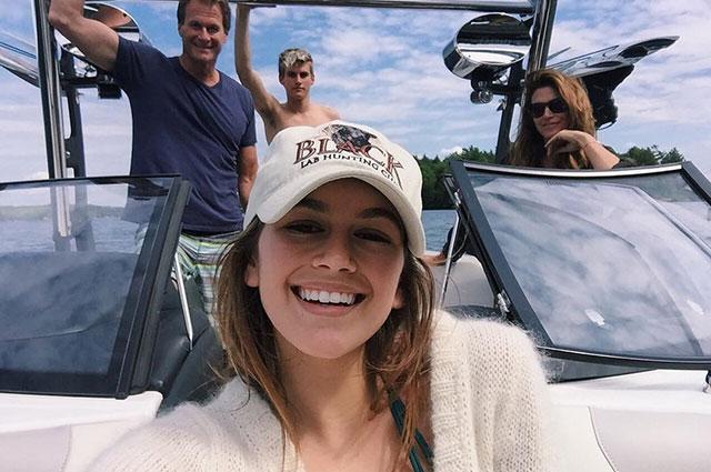 Фотофакт: Синди Кроуфорд с мужем и детьми отдыхает на лодке