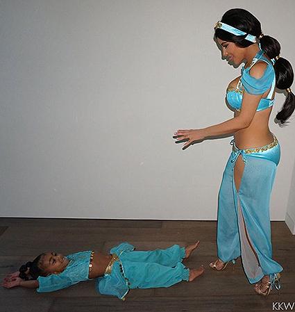 Ким Кардашьян похвасталась фигурой вкостюме принцессы Жасмин