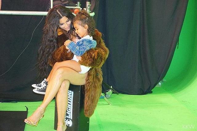Ким Кардашьян взяла трехлетнюю дочь на съемки эротического видео