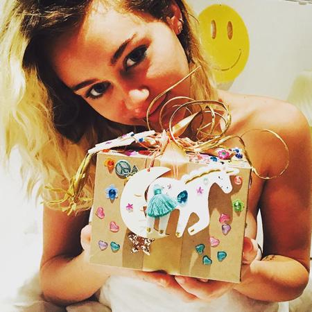 Майли Сайрус похвасталась оригинальным подарком от возлюбленного Лиама Хемсворта