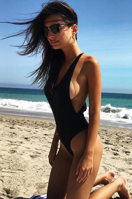 Горячо: совершенно голая Эмили Ратаковски позирует в бассейне