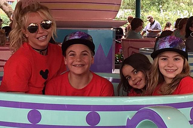 Семейный день: Бритни Спирс повеселилась с детьми в парке развлечений
