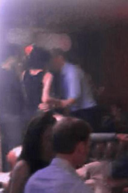 Видео: принц Уильям обнимается с таинственной незнакомкой в клубе