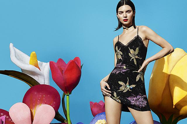 Обнаженная в гигантских цветах: Кендалл Дженнер снялась в яркой рекламе нижнего белья