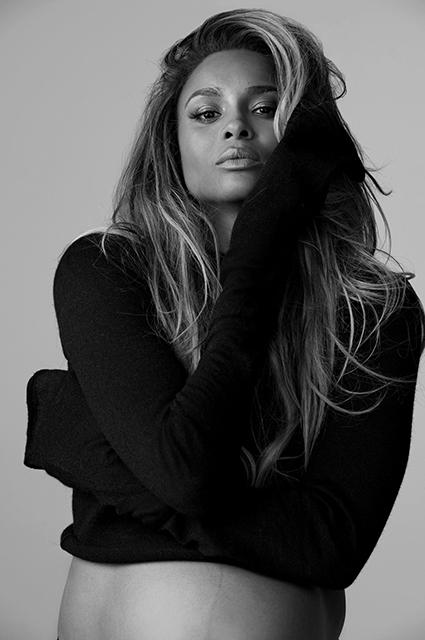 Певица Сиара оголилась на последних месяцах беременности