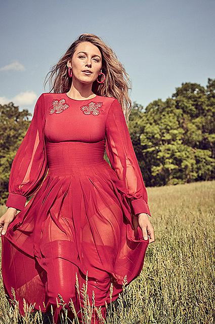 Идеальная красотка: Блейк Лайвли восхищает в новой фотосессии для глянца