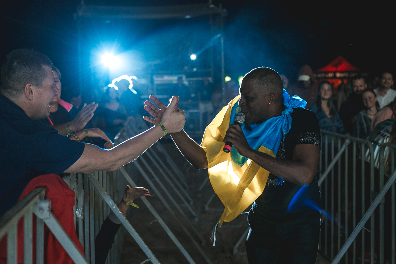 Люди, которые приехали в Черноморск – именно тот небольшой процент настоящих ценителей хорошей музыки, которые в серости будней могут позволить себе ненадолго остановиться и послушать любимых или новых исполнителей. Люди, которые в этом году приехали на фестиваль, - давние друзья, которые действительно любят джаз, и которые с фестивалем уже очень много лет.