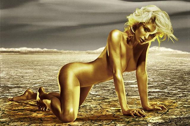 Фотофакт: Пэрис Хилтон разделась и покрыла свое обнаженное тело золотой краской