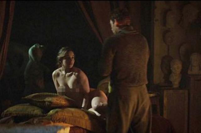 """Эмилия Кларк полностью обнажилась в триллере """"Голос из камня"""""""