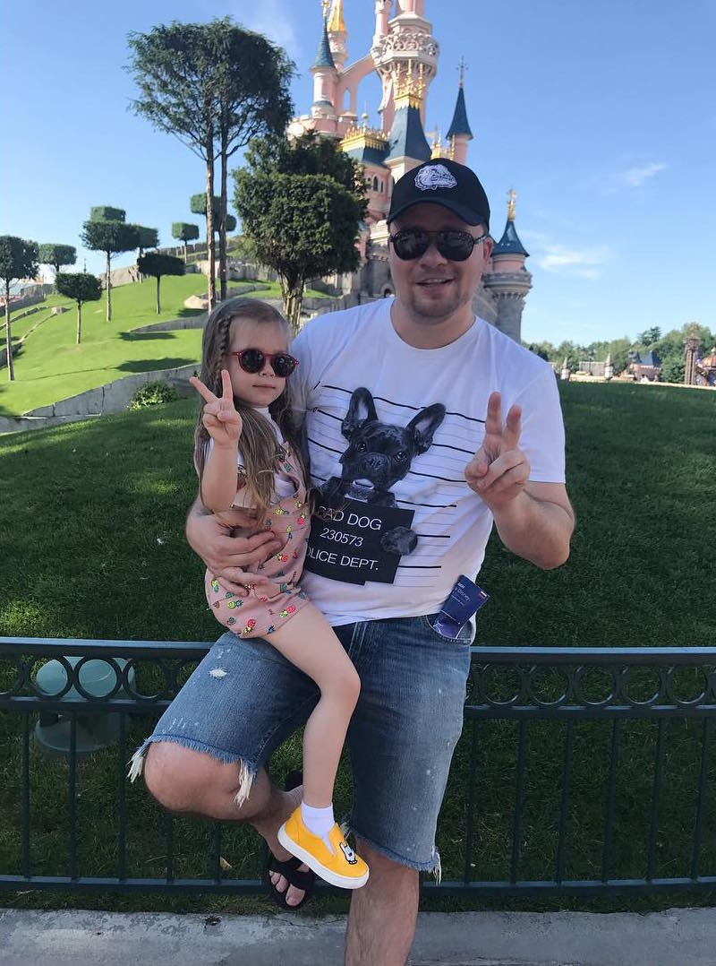 Больше не скрывают: Гарик Харламов и Кристина Асмус показала подросшую дочь на отдыхе в Диснейленде