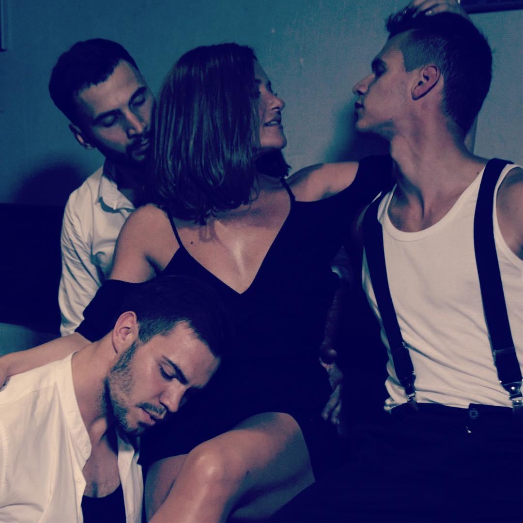 Стройная Наталья Могилевская заинтриговала фотографией с тремя красавчиками-танцорами