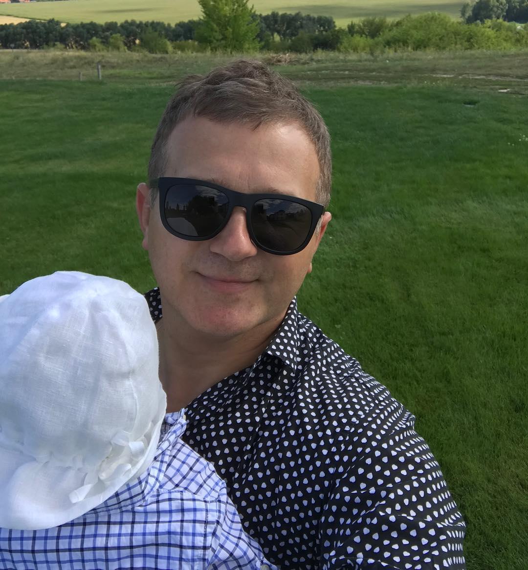 Папа в деле: Юрий Горбунов опубликовал фото с прогулки с сыном