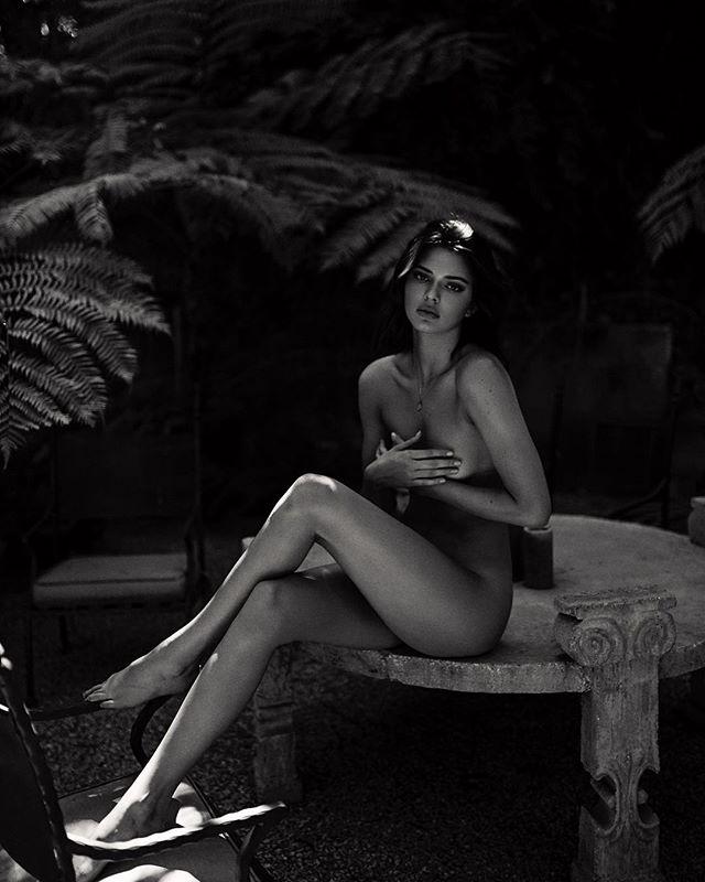 Совершенно голая Кендалл Дженнер взбудоражила сеть новой фотосессией